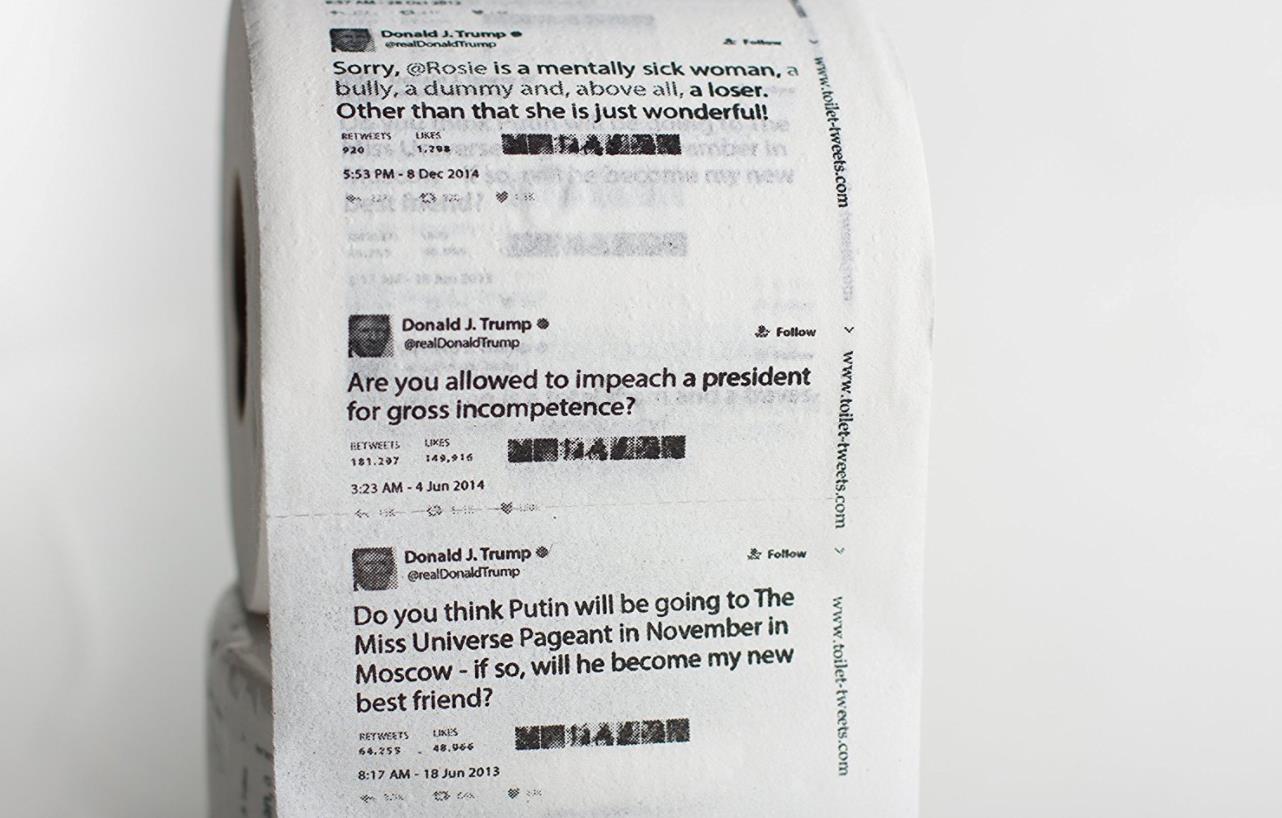 Un esempio di rotolo di carta igienica con su stampati i tweet di Donald Trump.