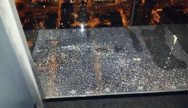 Il vetro dello Skydeck di Chicago crepato