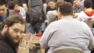 Ragazzo a mani giunte e sfondo di un sedere