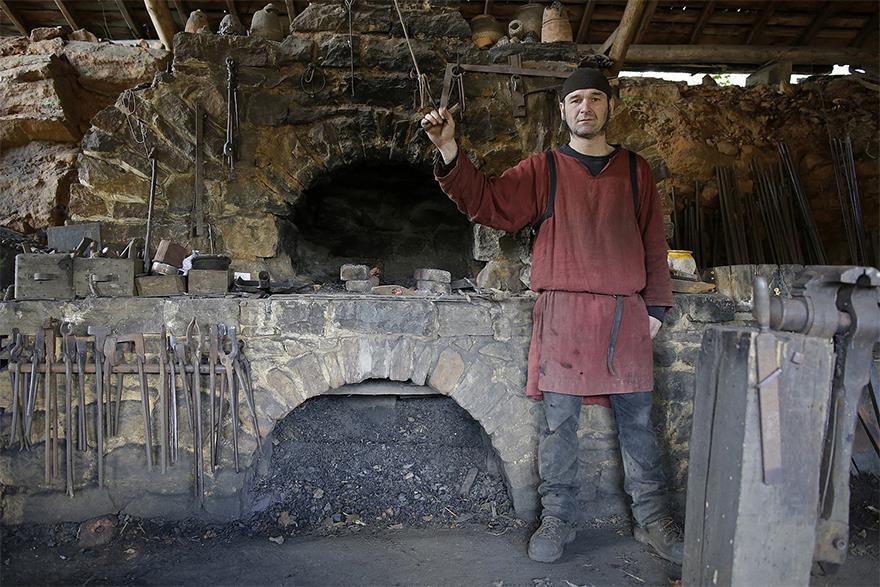 Un vero fabbro medievale nel castello di Guédelon.