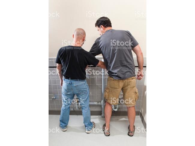 Due uomini al bagno