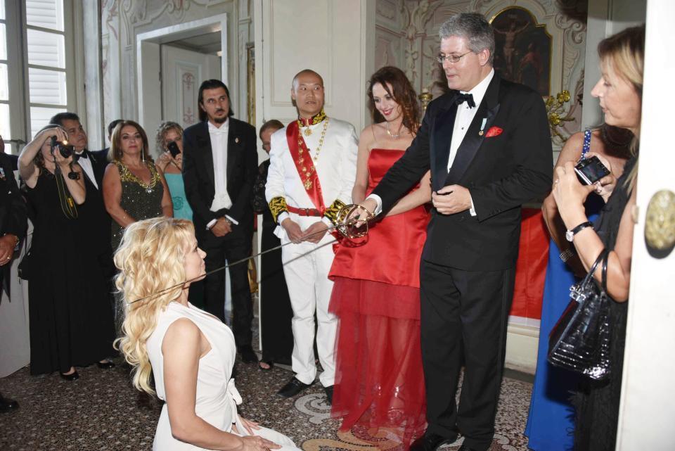 Il falso principe di Montenegro con Pamela Anderson