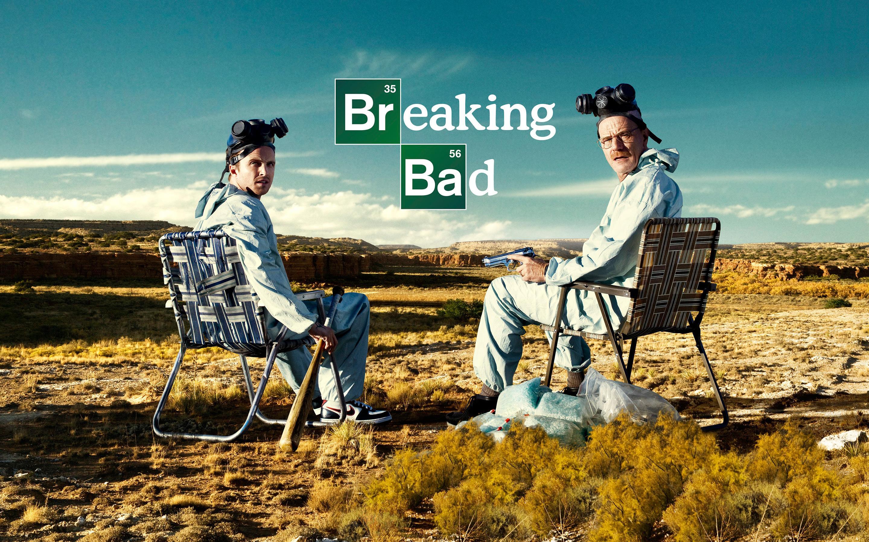 In una zona desertica troviamo i due soggetti principali della serie televisiva Breaking Bad.