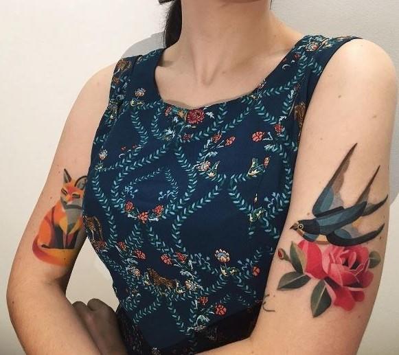 Un aragazza con due tatuaggi watercolor - Tatuaggi acquarello, alcune fantastiche idee per i tuoi lavori