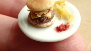 Hamburger, ketchup e patatine