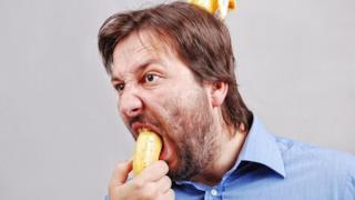Un uomo con una banana