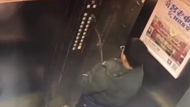 Il ragazzino mentre urina sui tasti dell'ascensore