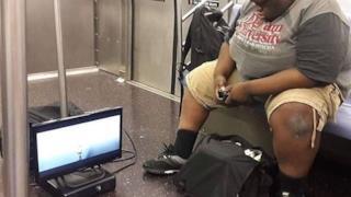 Un ragazzo gioca alla Xbox