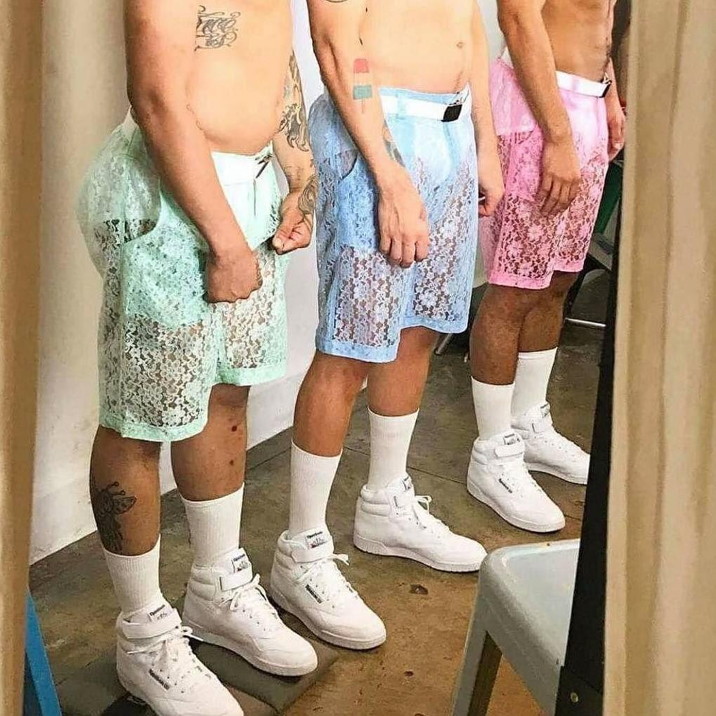 Focus su dei modelli che indossano i pantaloncini in pizzo dai vari colori pastello.