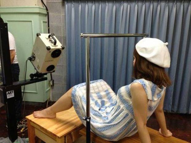 """Megumi Igarashi """"posa"""" in maniera del tutto naturale davanti allo scan"""