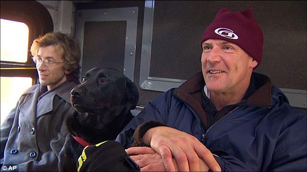 Il Labrador Eclipse insieme a due passeggeri dell'autobus