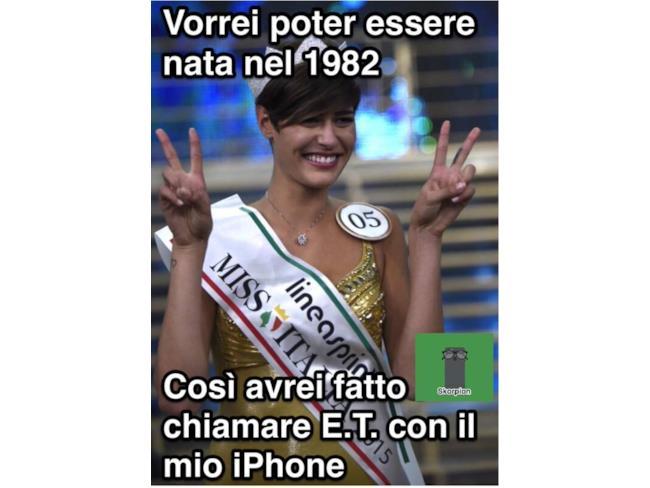 Miss Italia telefona con l'iPhone di ET