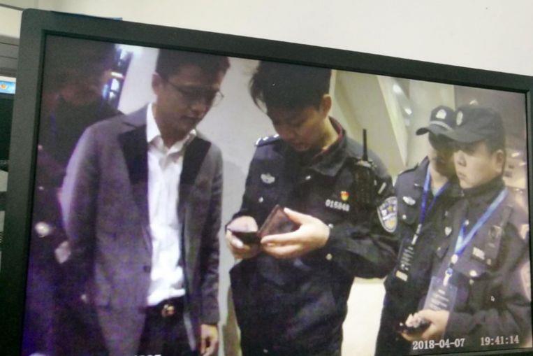 Il criminale mentre viene arrestato dagli agenti al concerto