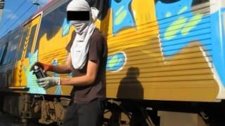 Il treno con un disegno e l'artista.