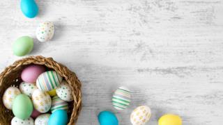Un cesto con uova pasquali