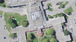 Vista dall'alto di un edificio a forma di uomo