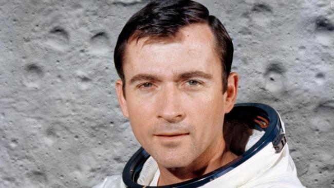 L'astronauta John Young