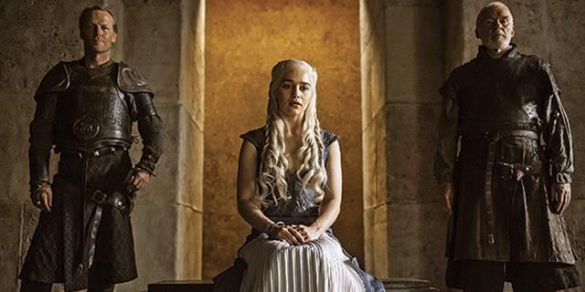 daenerys seduta sul trono di meereen