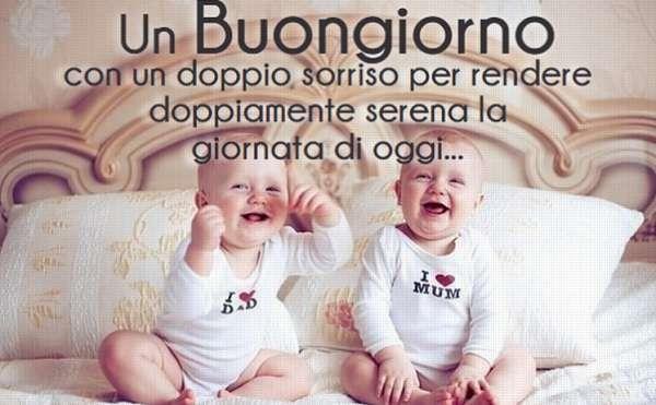 Due bebè che sorridono