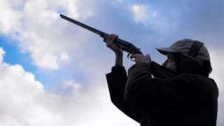 Un uomo si prepara a sparare all'uragano