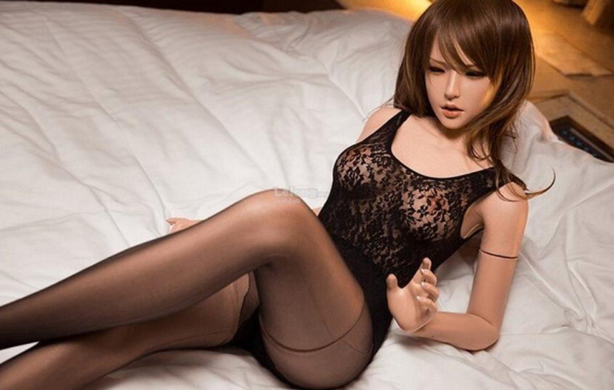 Una sex doll dai tratti orientali