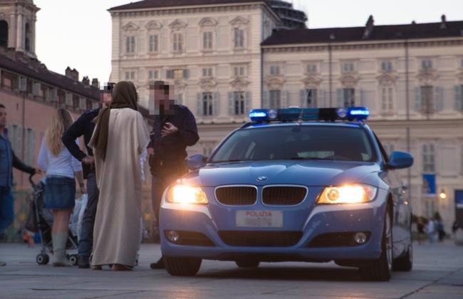 La polizia ferma il ragazzo che impersona Gesù a Torino
