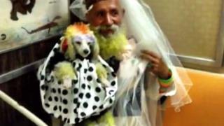 Un uomo col suo cane