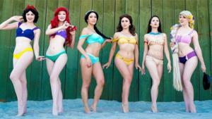 Foto di gruippo di modelle con i bikini delle principesse Disney