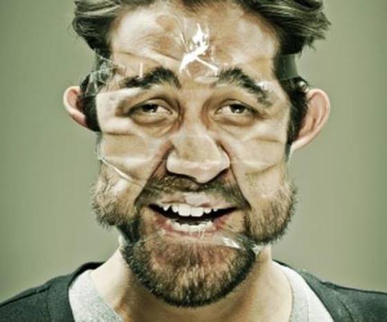 Ragazzo con faccia avvolta da nastro adesivo: esempio di Tape Selfie
