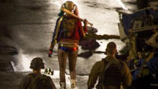 Alcuni militari scortano Harley Quinn