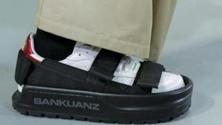 Un particolare dei fantastici sandali per scarpe da ginnastica