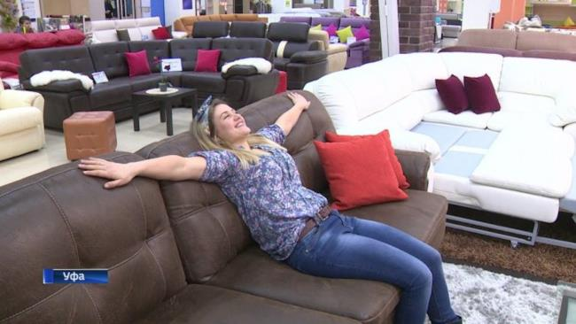 Giovane ragazza comoda sul divano