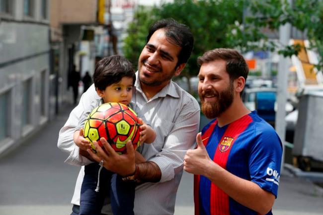 Il sosia di Messi con dei fan