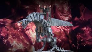 Un ipotetico drago robot cavalcato da Elon Musk