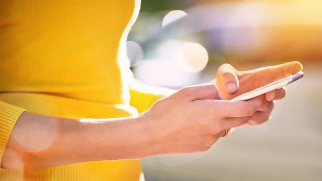 Uno smartphone nelle mani di una donna