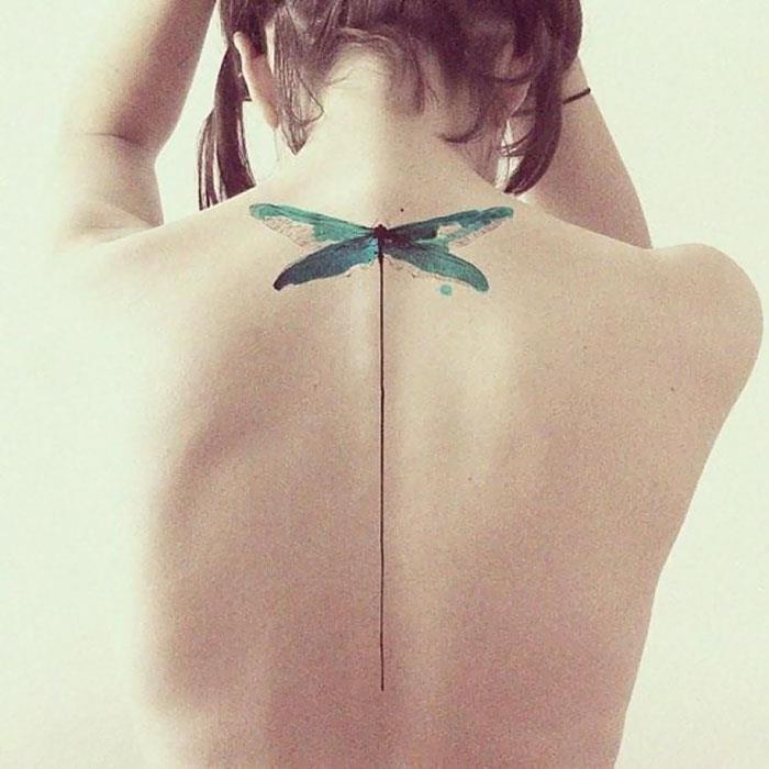 Una libellula tatuata sulla schiena - Tatuaggi per la spina dorsale, i più belli per la tua schiena