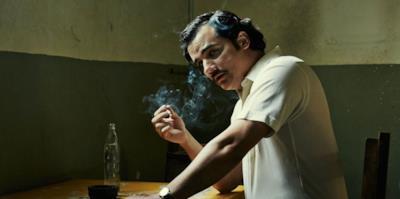 Pablo Escobar mentre fuma
