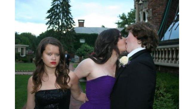 Ragazza aspetta imbronciata mentre l'amica bacia un ragazzo