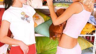 Scena iniziale di un film per adulti con cuscini