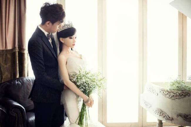 Lo sposo con la sua bambola-moglie il giorno delle nozze
