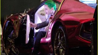 Il Joker scende dalla sua auto sul set di Suicide Squad