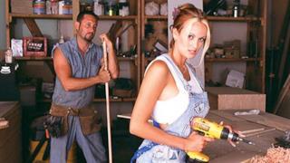 Scena iniziale di un film per adulti con lavoro manuale
