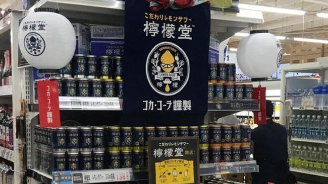 Lattine della bevanda alcolica di Coca-Cola al supermercato