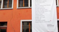 La foto di una crepa sopra un palazzo della cittadina