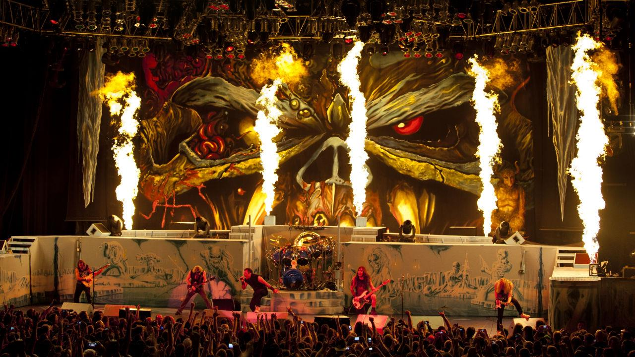 La foto di un concerto della band Iron Maiden