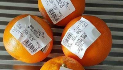 Etichette su dei frutti
