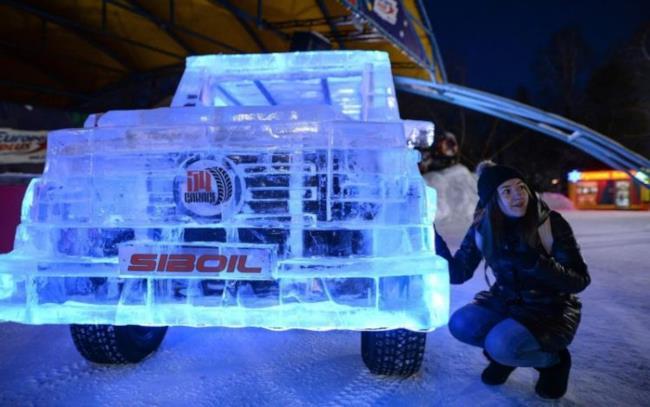 Il paraurti della Mercedes di ghiaccio