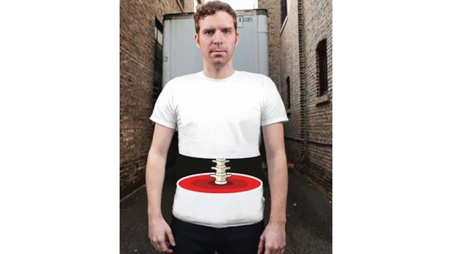 T-shirt con il disegno di una spina dorsale esposta