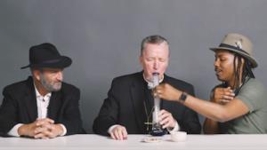 Un gruppo di leader religiosi che si diverte