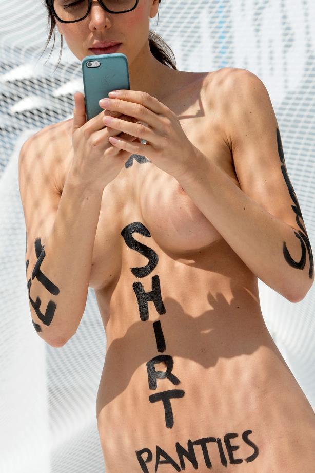 L'artista Milo Moiré con le parole scritte addosso